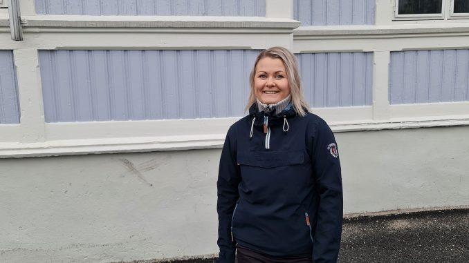 Vernepleier Marita Iren Thrana står ved sin arbeidsplass - En barneskole