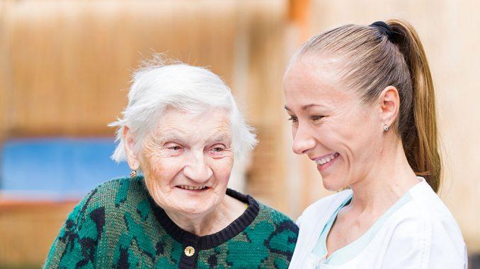 En eldre dame og en pleier