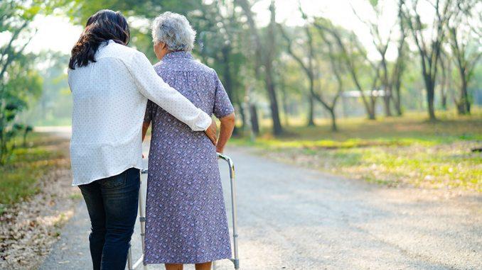 Pleiepersonell og en eldre dame