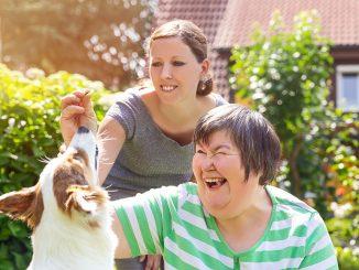 En psykisk utviklingehemmet dame og hennes hund og tjenesteyter