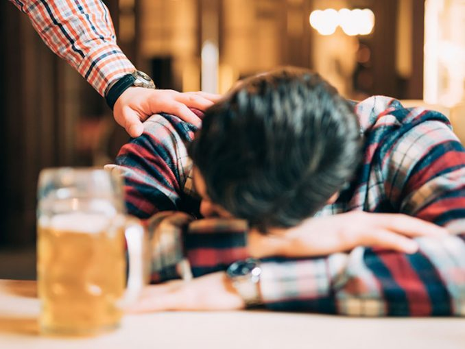 Full sovende person i bar
