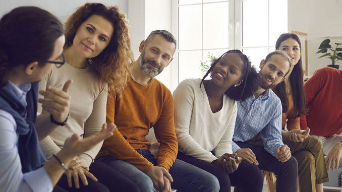 En gruppe med mennesker som lytter til en som forteller