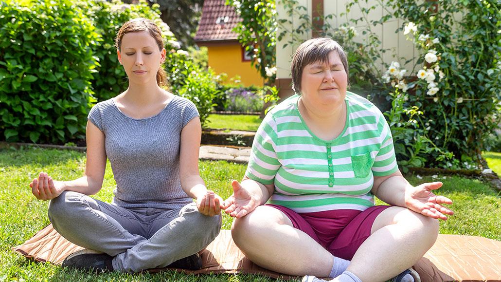 To damer som driver med yoga